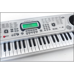 Pianinas su mikrofonu